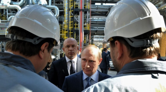 Russia's President Vladimir Putin (C) visits a refinery of Russian oil giant Rosneft  in the Black Sea port of Tuapse in southern Russia, on October 11, 2013.  AFP PHOTO/ RIA-NOVOSTI/ POOL/ ALEXEI NIKOLSKY / AFP PHOTO / RIA-NOVOSTI / ALEXEI NIKOLSKY