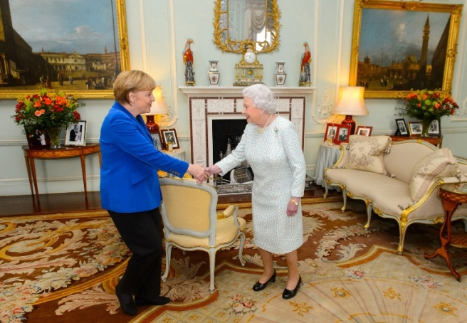 Britain's Queen Elizabeth II (R) meets German Chancellor Angela Merkel (L) at Buckingham Palace, in central London on February 27, 2014. German Chancellor Angela Merkel urged Britain Thursday to stay in the EU but played down David Cameron's hopes that her visit to London would bring major reforms. The British premier rolled out the red carpet in his bid to woo fellow conservative Merkel, who gave a speech to both houses of Parliament and was due to have tea with the queen. AFP PHOTO/POOL/DOMINIC LIPINSKI / AFP PHOTO / POOL / Dominic Lipinski