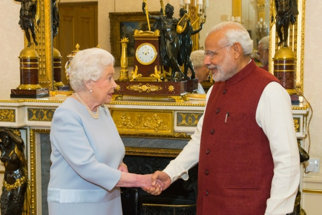 Britain's Queen Elizabeth II (L) meets India's Prime Minister Narendra Modi at Buckingham Palace in central London on November 13, 2015. Trade deals worth £9 billion (12.7 billion euros, $13.7 billion) will be announced during Indian Prime Minister Narendra Modi's visit to Britain, David Cameron said Thursday, as Modi indicated he wanted the UK to stay in the EU. AFP PHOTO / DOMINIC LIPINSKI/POOL / AFP PHOTO / POOL / Dominic Lipinski