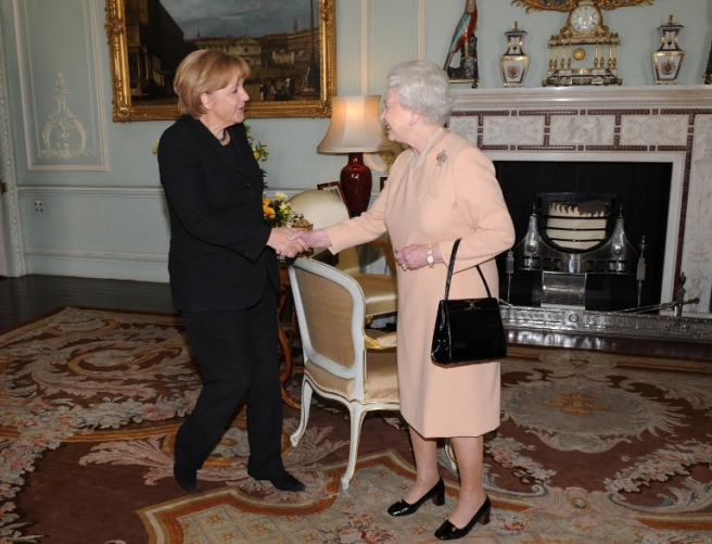 Britain's Queen Elizabeth II (R) meets German Chancellor Angela Merkel at Buckingham Palace in London, on October 30, 2008. German Chancellor Angela Merkel will hold talks dominated by the global financial crisis with Prime Minister Gordon Brown. AFP PHOTO/Anthony Devlin/ POOL / AFP PHOTO / POOL / Anthony Devlin