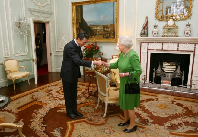 Britain's Queen Elizabeth II (R) meets NATO Secretary-General Anders Fogh Rasmussen at Buckingham Palace, in central London, on November 12, 2009. NATO-led forces in Afghanistan could begin handing over some districts to Afghan security from next year, NATO chief Anders Fogh Rasmussen said Thursday. Speaking after meeting British Prime Minister Gordon Brown -- who faces growing public criticism amid a mounting troop death toll -- Rasmussen voiced support for top US general Stanley McChrystal's call for a troop surge. AFP PHOTO/Johnny Green/POOL / AFP PHOTO / POOL / JOHNNY GREEN