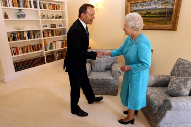 Britain's Queen Elizabeth II meets Australian opposition leader Tony Abbott (L) at Government House in Canberra as part of her 10-day Australian tour on October 21, 2011. Britain's Queen Elizabeth II also met with Australia's Prime Minister Julia Gillard, as the ex-colony's former leader Paul Keating revealed how he once told the monarch the nation no longer needed her. AFP PHOTO / POOL / LYNDON MECHIELSEN / AFP PHOTO / POOL / Lyndon MECHIELSEN