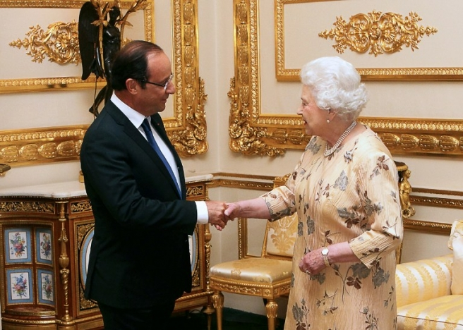French President Francois Hollande (L) meets Britain's Queen Elizabeth II on July 10, 2012 during a meeting at the Windsor Castle, outside London, as part of his first official visit to Britain. AFP PHOTO / POOL / Steve Parsons / AFP PHOTO / POOL / Steve Parsons