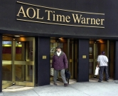 (FILES) This 12 January, 2001, file photo shows the new AOL Time Warner corporate logo on the former Time Warner Building in New York's Rockefeller Center. Media and entertainment giant Time Warner Inc. in reports 04 December, 2005, is girding for battle with Carl Icahn as the billionaire corporate raider steps up his offensive against the world's biggest media-entertainment company. Icahn, a financier who is one of the wealthiest Americans and has a history of hostile takeover moves, controls only about 2.8 percent of the shares of Time Warner with his partners.  AFP PHOTO/Henny Ray ABRAMS/FILES / AFP PHOTO / HENNY RAY ABRAMS