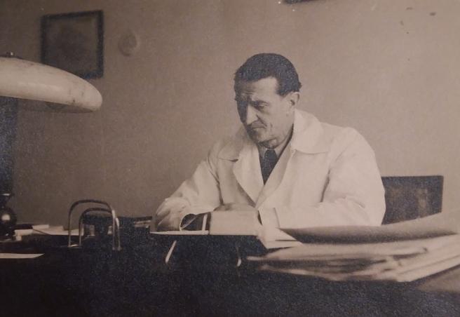 Stanko Sielski snimljen za radnim stolom dvadesetih godina prošlog stoljeća