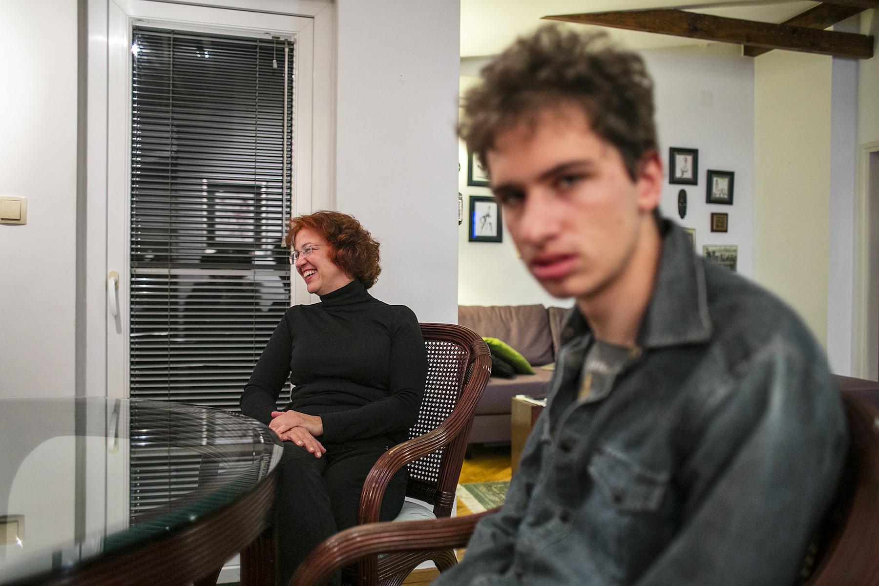 Andrej s mamom u njihovoj dnevnoj sobi