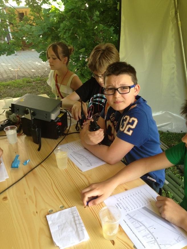 Dječak se bavi radioamaterstvom i maketarstvom