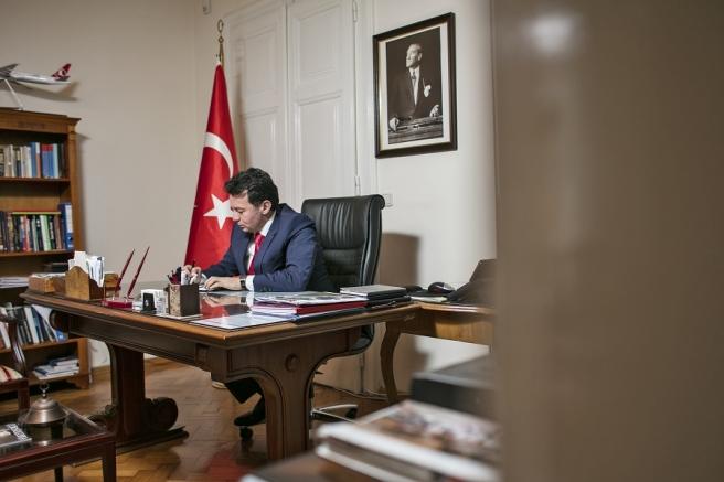 Tuta za svoj nekadašnjim radnim stolom u turskom veleposlanstvu u Zagrebu ispod Ataturkovog portreta