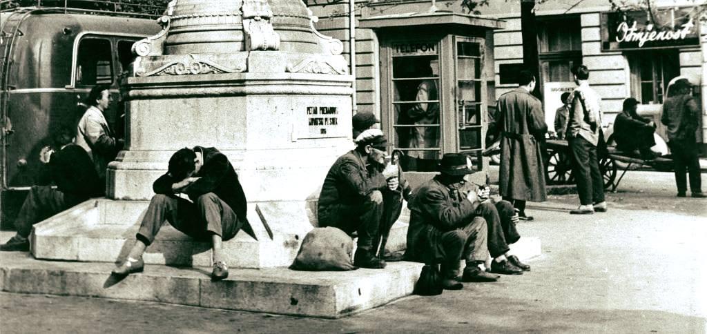 Ispred Preradovićeva spomenika pedesetih