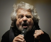 The leader of the Five Star Movement, Beppe Grillo, delivers a speech during a campaign meeting  upon a referendum on constitutional reforms, on December 2, 2016 in Piazza San Carlo in Turin. Beppe Grillo, leader of the populist Five Star Movement calls his supporters to vote NO at the referendum on constitution which be held on December 4, 2016. / AFP PHOTO / MARCO BERTORELLO