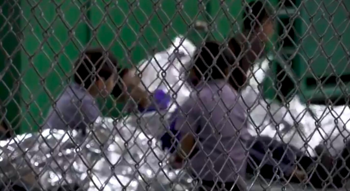 Neku djecu se, navodno zbog sigurnosnih razloga, držalo u kavezima.