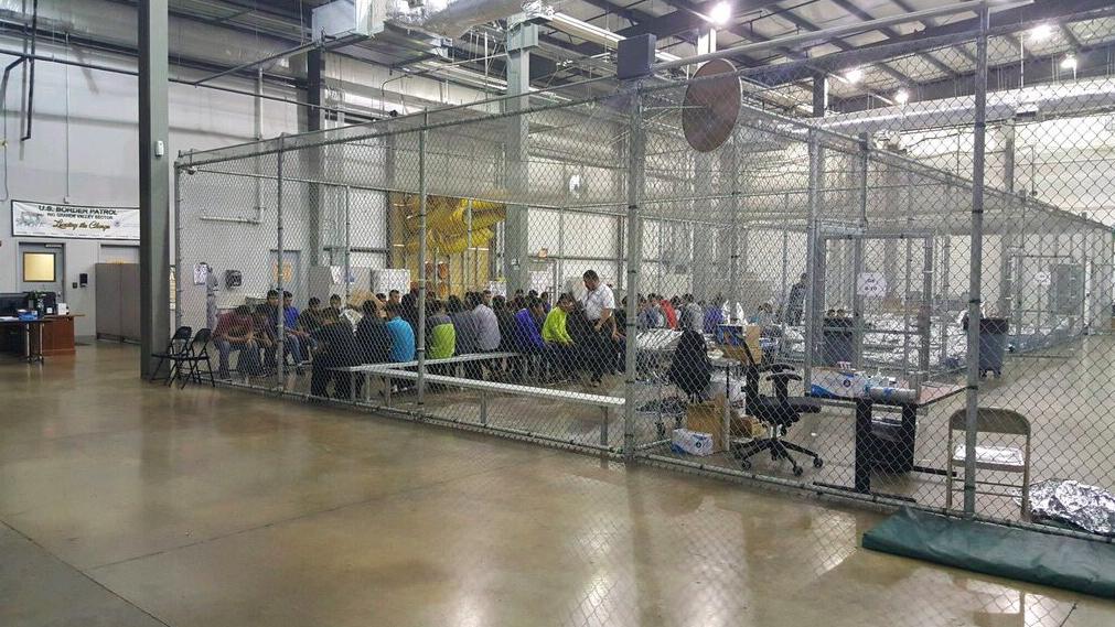 Vlasti tvrde da se ipak ne radi o kavezima, već da se djeca nalaze iza sigurnosne ograde, što su htjeli dokazati upravo ovom slikom.