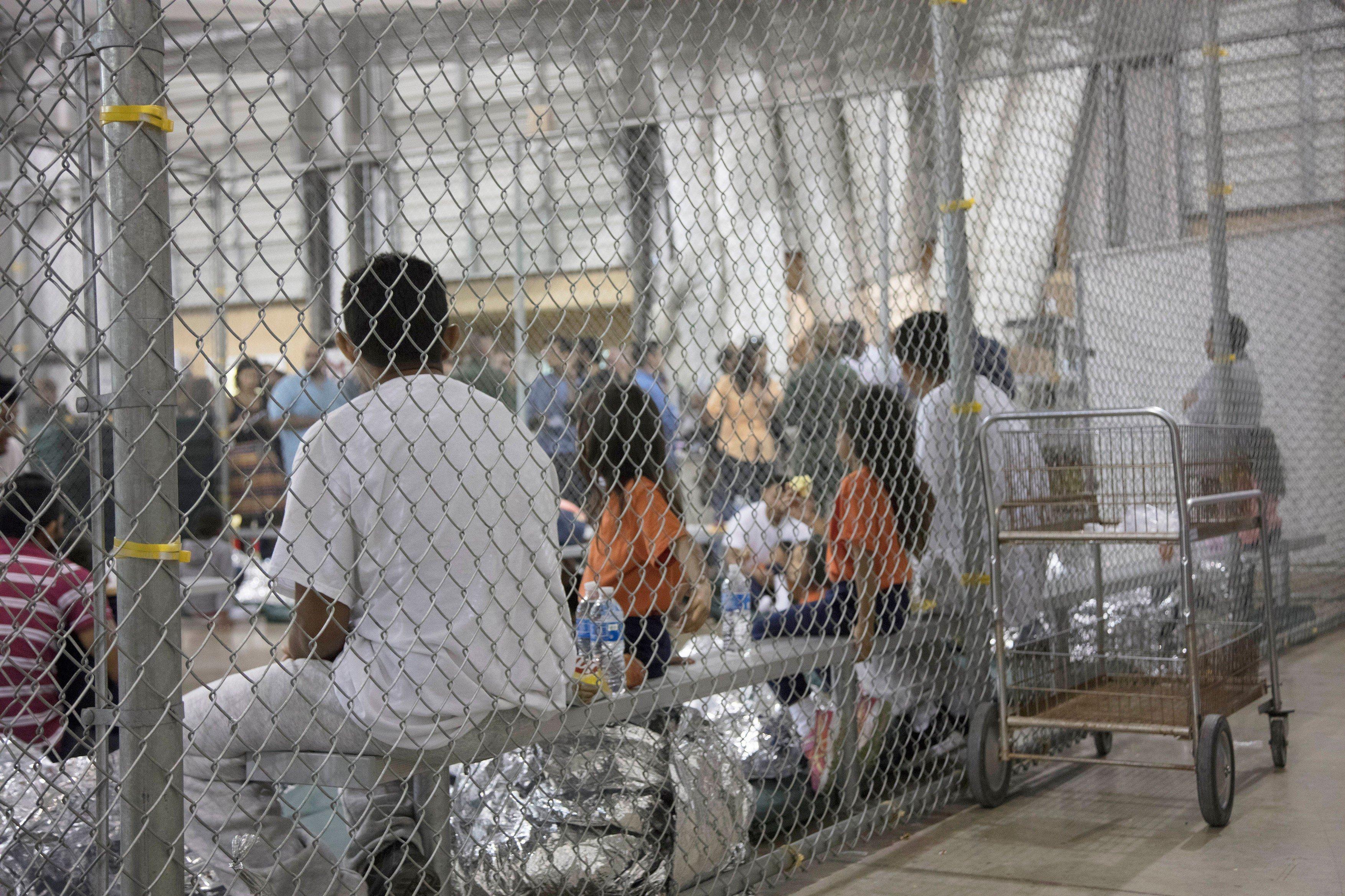 Ova fotografija snimljena je u centru McAllen u Teksasu, medijima ju je pustila američka carinska i granična policija u pokušaju da pokažu da uvjeti u centru nisu grozni.