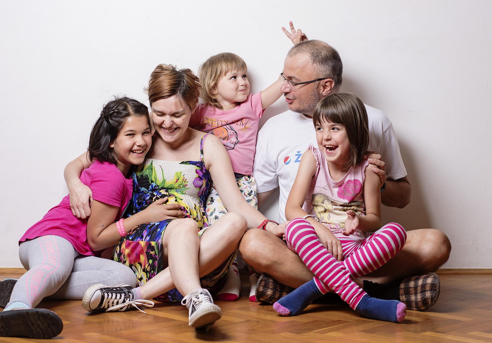 Obitelj Prpa pozira Telegramovom uredniku fotografije