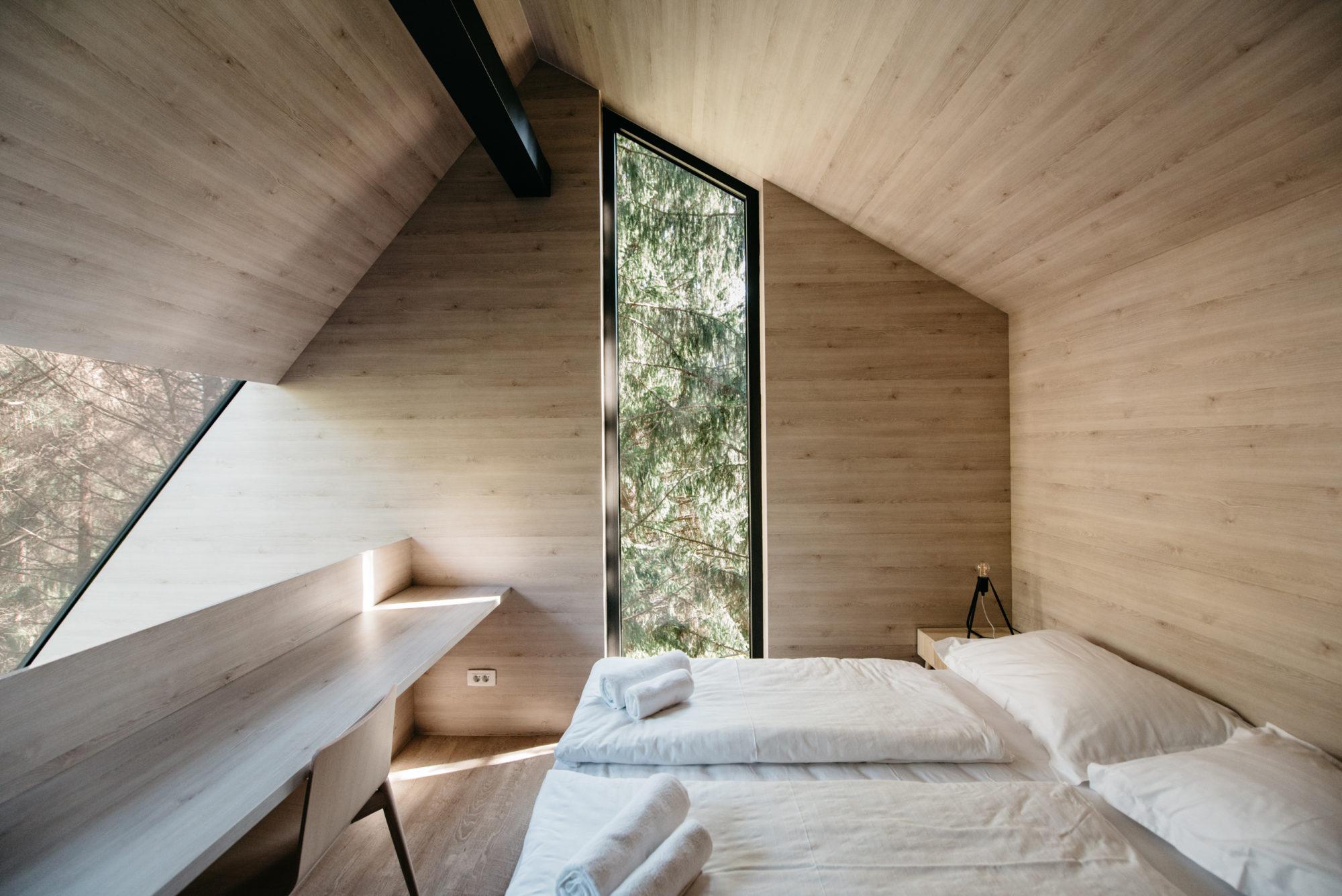 Glamping kućice na drveću imaju 35 kvadrata, mogu primiti četiri osobe. Imaju dvije spavaće sobe; jednu s francuskim krevetom i drugu s dva odvojena kreveta.