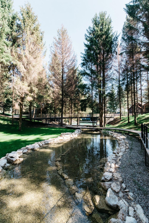 Plitvice Holiday Resort udaljen je 8 kilometara od Nacionalnog parka Plitvička jezera. Nalazi se u naselju Grabovac u općini Rakovica. Osim kućica na drveću i oko jezera, novost je i uređena zona za mini golf. Fora je i umjetno jezero u kojem se ljeti možete kupati. Cijene noćenja su od 234 eura za kućicu na drvetu i od 172 eura za kućicu na jezeru
