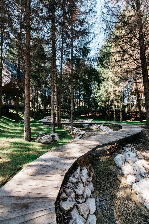 Na jezeru su četiri kućice, a imaju i terasu iznad vode i direktan pristup kupalištu. Ostalih pet kućica smješteno je u šumi oko jezera.