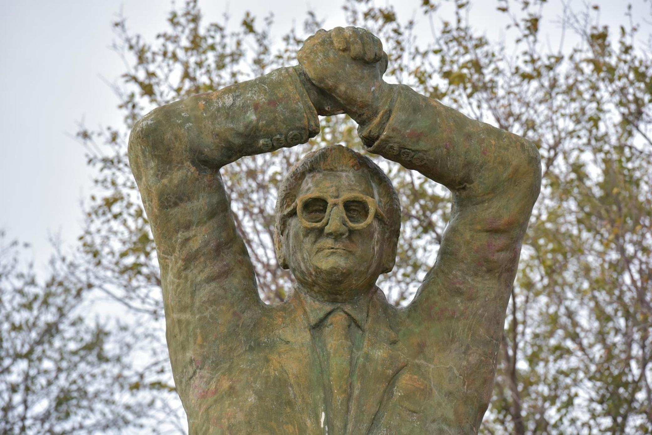 """Kip dr. Franje Tuđmana iz Pridrage u zadarskoj županiji vjerojatno je najpopularniji primjer hrvatskog spomenika koji ne liči na osobu na koju bi trebao ličiti. No općenito, spomenici Tuđmanu u Hrvatskoj gotovo uvijek ispadaju vrlo nespretno, pa tako i ovaj posljednji u Zagrebu za koji je njegov sin navodno uzviknuo sad već čuvenu izjavu: """"Pa to nije moj tata"""". Ipak, iako nam se ponekad tako čini, mi u Hrvatskoj stvarno nismo najgori. Iskopali smo još neke primjere potpuno fulanih spomenika poznatih ljudi."""