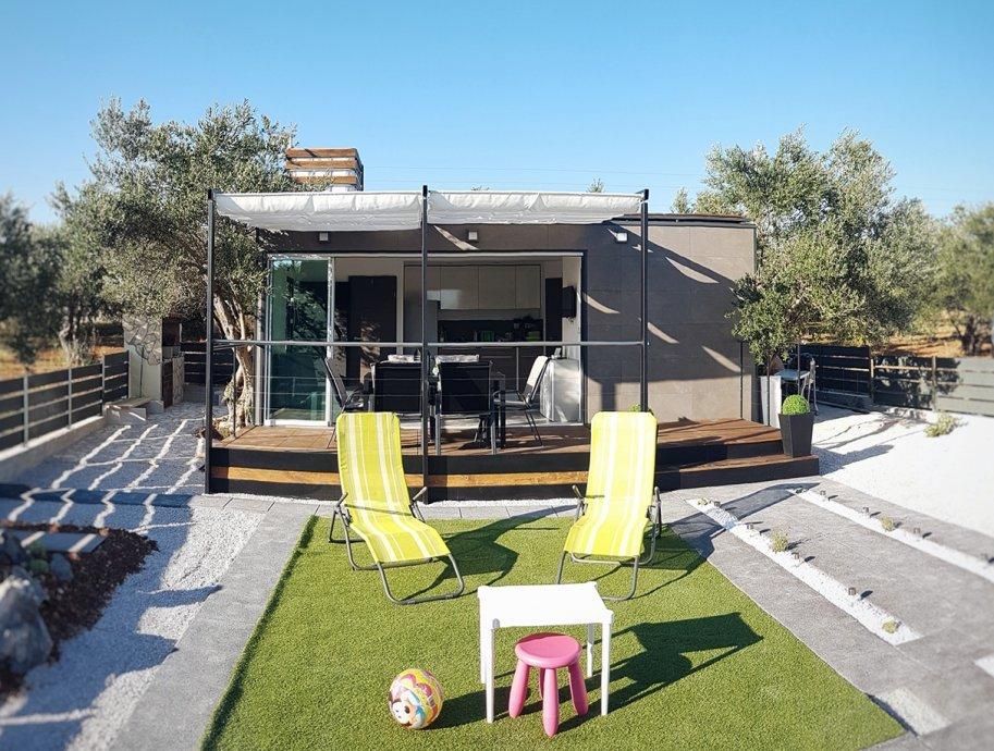 """Ova mobilna kućica površine 25m² +14 m² terase, <b><u><a href=""""http://www.profilinezagreb.hr/"""">prodaje </a></u></b> se za 25.000 €."""