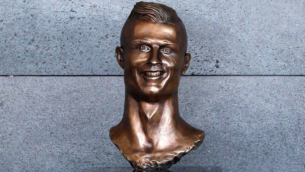 Možda najlegendarniji ružni kip ikad napravljen je ovaj nogometaša Christiana Ronalda iz 2017. godine, koji je pompozno postavljen u zračnu luku na Madeiri. No, nakon što ga je cijeli svijet masovno počeo ismijavati, siroti Ronaldo je uklonjen.