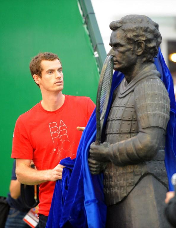 Ovo što vidite na slici je izraz lica Andyja Murraya kada otkriva kip samuraja. Problem je u tome što se ne radi baš tehnički o samuraju, već o njemu u samurajskom odijelu, s teniskim reketom u rukama. Također, kip je trebao ličiti na Murraya, no sudeći po njegovom izrazu lica, sličnost je nevidljiva. Inače, spomenik je trebao obilježiti njegov nastup na turniru Shanghai Rolex Masters.