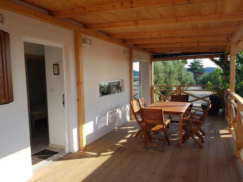 Ova kućica nalazi se u mjestu Drage pored Biograda, a smještena je u kampu u neposrednoj blizini mora.