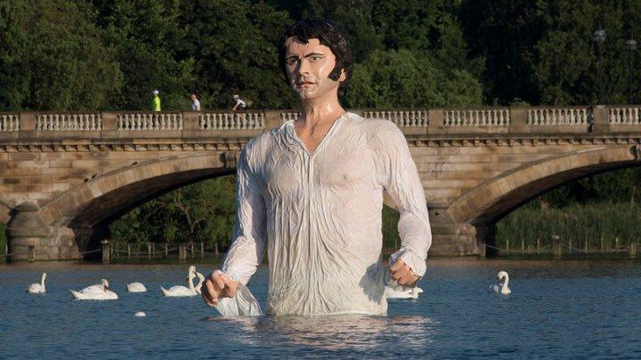 Ovo čudovište koje izranja iz vode je kip Colina Firtha, odnosno njegovog lika Mr. Darcyja iz mini serije Price and Prejudice iz 1995. godine. Trenutno se nalazi u Australiji. Netko ga je kupio od BBC-ja. Možda da plaše ljude? Životinje?