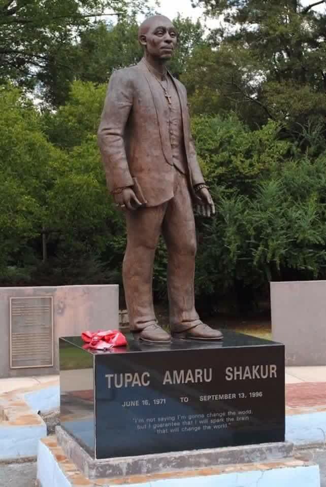 Da na postolju kipa ne piše velikim slovima TUPAC, mislili bismo da se radi o nekom tele-evangelistu iz Amerike. Kip doslovce nema nikakve veze s Tupacom.