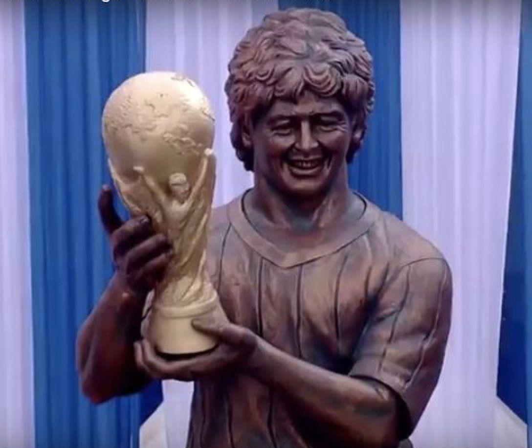 Tijekom posjete gradu Kolkati u Indiji, nogometna legenda Diego Maradona svjedočio je otkrivanju svog spomenika. Doduše, možda i nije bio previše siguran da se stvarno radi o njemu, budući da statua više liči na nečiju baku. Izgled kipa nije previše komentirao, samo je konstatirao kako je krasno da postoji njegov spomenik u Indiji. Jasno nam je zašto.