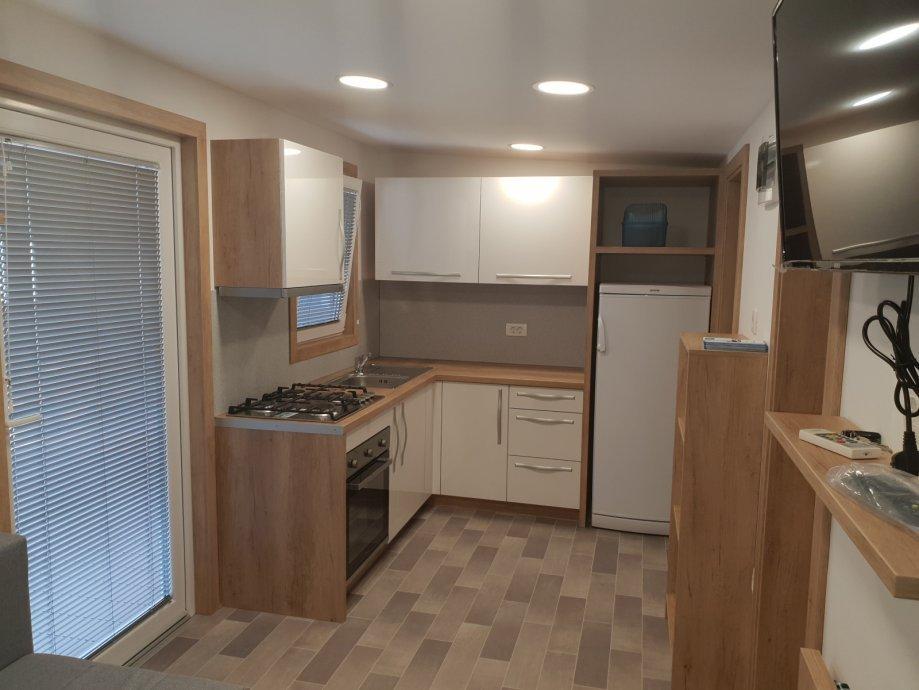 Uz kućicu su dva parkirna mjesta, a potpuno je opremljena svim potrebnim aparatima, uz čak dvije kupaonice i tri spavaće sobe.