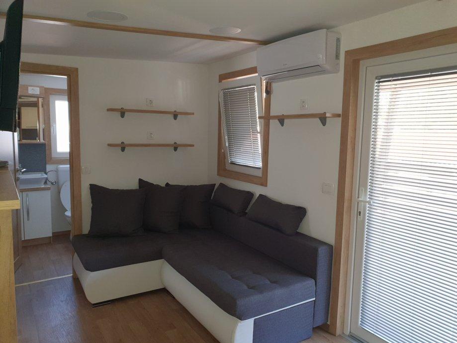 """Kućica je površine 41 m² i dodatne terase od 26 m², a <b><u><a href=""""https://www.njuskalo.hr/nekretnine/mobilna-kucica-lux-mobil-pakostane-prodaja-oglas-28027243"""">prodaje </a></u></b> se po cijeni od  46.360 €."""