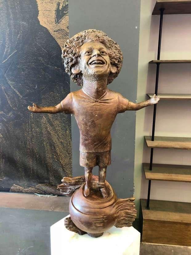 Nogometaš Mo Salah je nakon nogometnog svjetskog prvenstva krajem prošle godine dobio svoj kipić, koji je predstavljen na forumu mladih u Sharm El Sheikhu. Ako bismo zanemarili proporcije tijela, odnosno činjenicu da je inspiracija za oblik kipa očito bila lizalica, moramo reći da statua baš i ne liči na Salaha. Nas podsjeća na onog tipa koji je glumio lopova Marva iz prva dva nastavka filmova Sam u kući. Ili Margaret Thatcher. Nismo sigurni.