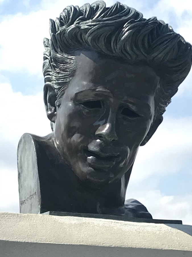 Ovo bi trebao biti spomenik Jamesu Deanu. Kako je netko mogao pomisliti da je kip bez očiju dobra ideja? Osim toga, izgleda kao da se rastopio.