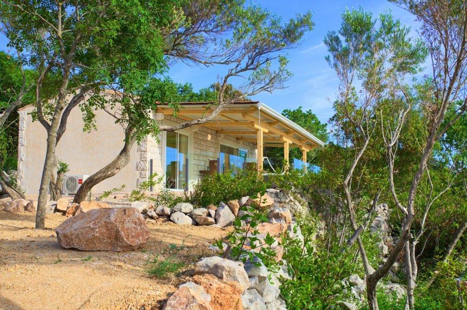 """Ista tvrtka, Kamen-dekor, proizvela je i ovaj tip mobilne kućice """"Lavanda"""", u sličnom mediteranskom stilu, no veće površine, 45m², a <b><u><a href=""""http://www.kamen-dekor.hr/mobilna_kucica_lavanda.htm"""">prodaje </a></u></b> se za 48.723 €."""