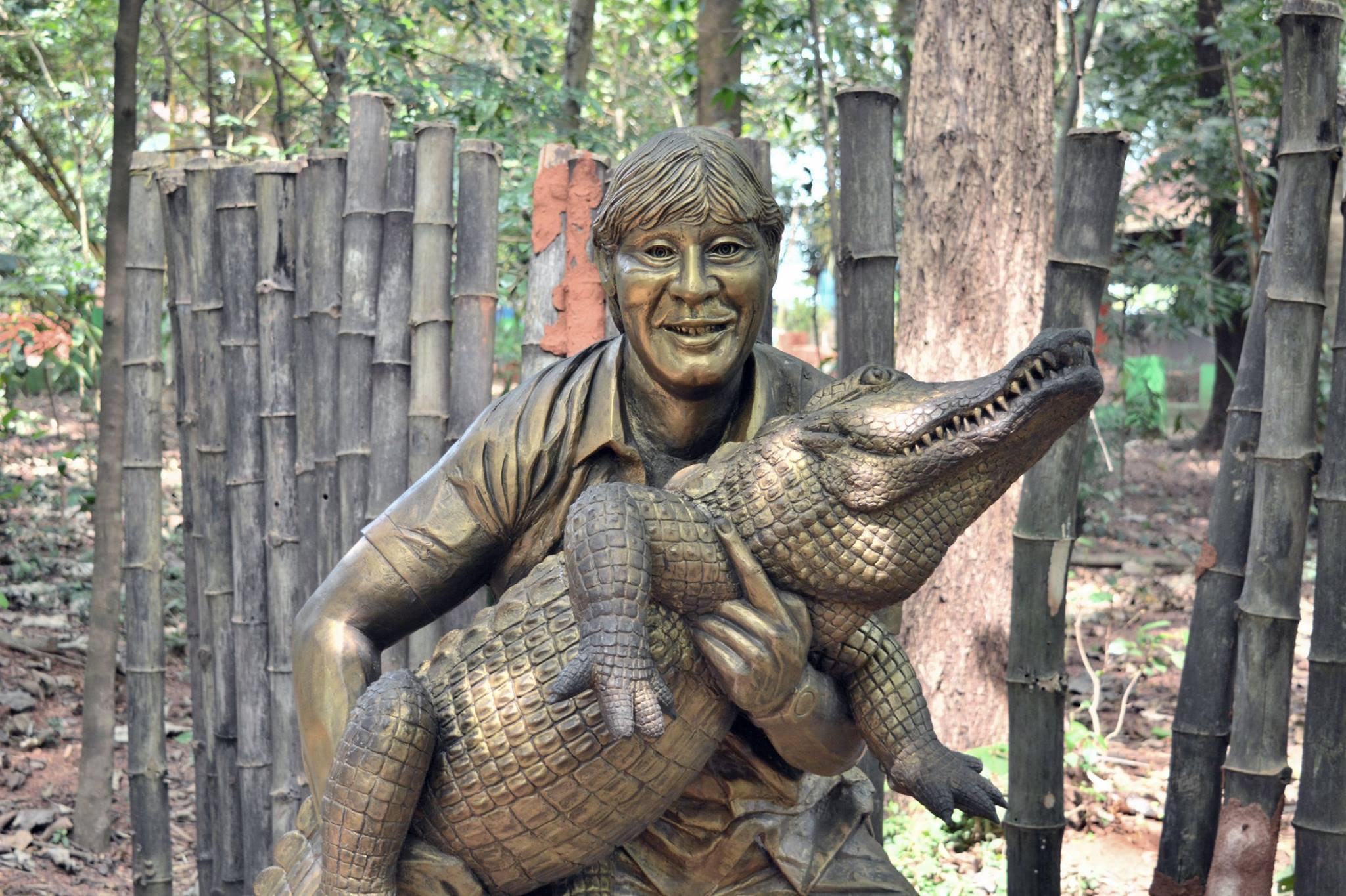 Steve Irwin je vjerojatno globalno najpopularniji prijatelj životinja koji je imao svoju popularnu TV emisiju. Čime je zaslužio ovakvu sablasnu statuu, ne znamo.