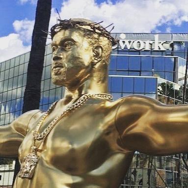 Znamo da Kanye West za sebe misli da je Bog na Zemlji, ali možda smo sada dobili i dokaz da je? Ipak ne. Radi se o umjetničkoj instalaciji koja tematizira lažne idole, ali ne bi se čudili da si Kanye negdje ne složi ovakvo remek djelo.