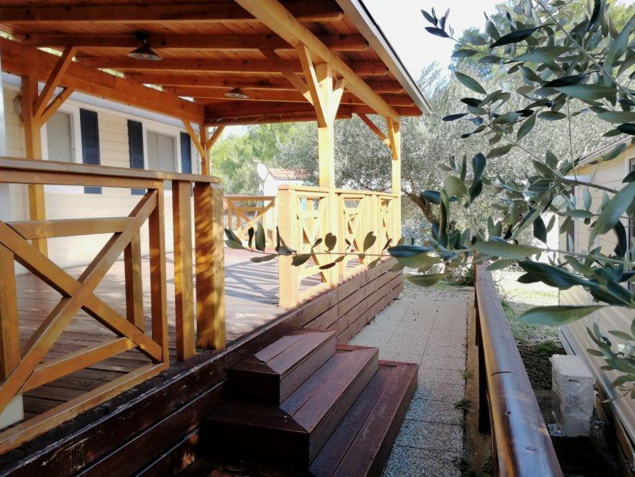 """Ova mobilna kućica s terasom prodaje se s ugovorom za najam zemljišta, a prva godina najma uključena je u cijenu. Kućica je površine 24m², a smještena je tik do plažu.<b><u><a href="""" http://www.kamen-dekor.hr/mobilna_kucica_zidine.htm"""">Prodaje </a></u></b> se za  28.000 €, a nalazi se na području Šibenika."""