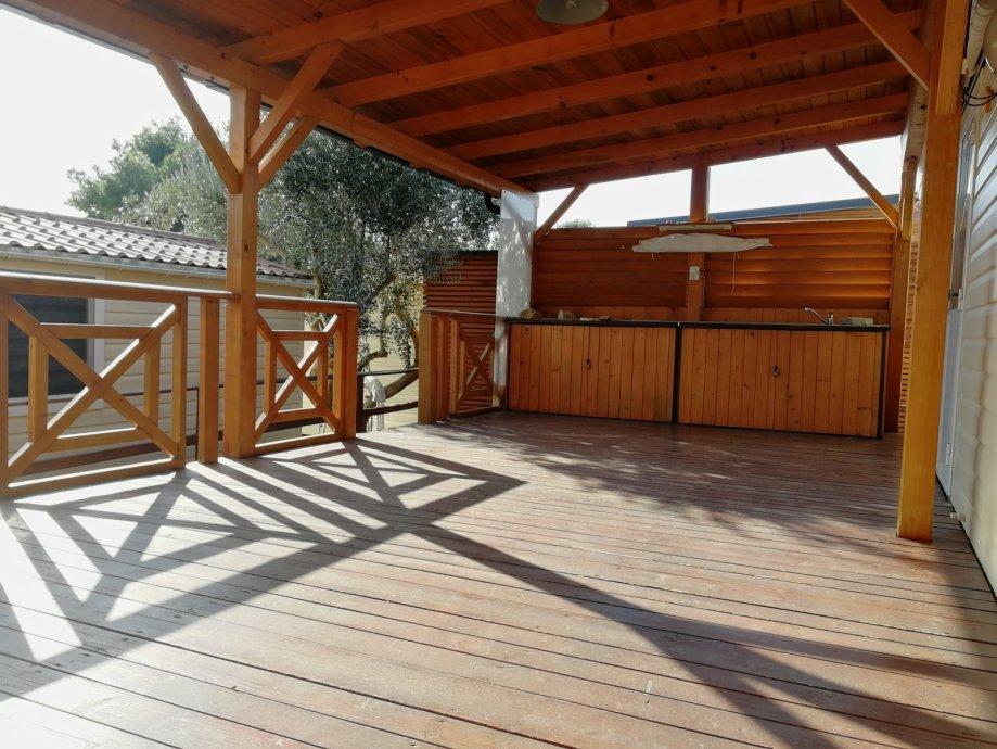 Kućica je površine 24m², a smještena je tik do plažu.