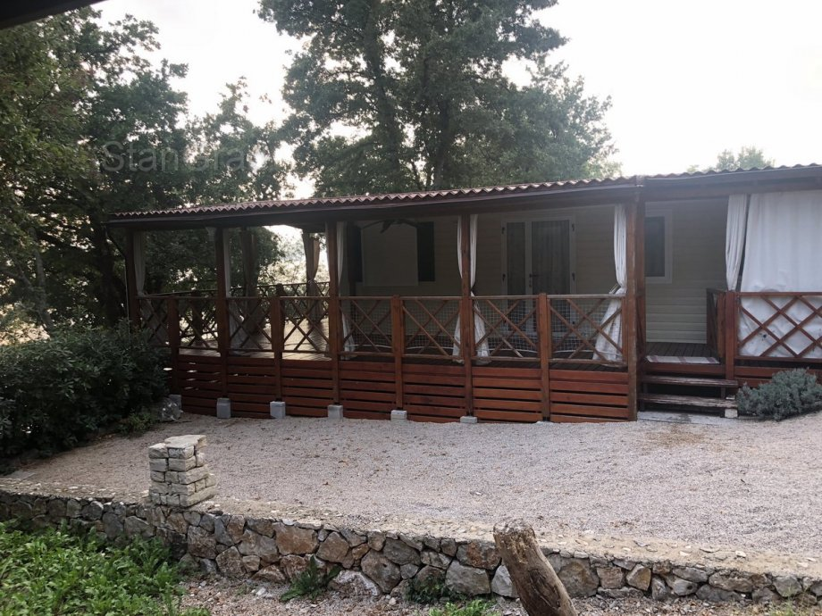 """Na otoku Krku, u mjestu Njivice, .<b><u><a href=""""http://nekretnine-stangrad.hr/hr/realestate/1739/kuca-33-m2-prodaja-njivice """">Prodaje </a></u></b> se ova mobilna kućica smještena kampu u neposrednoj blizini mora."""