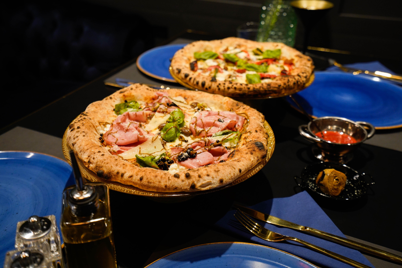 Neke namirnice naručuju iz Italije, poput brašna, sireva i pelata San Marzano, dok neke naručuju od lokalnih dobavljača, pa tako surađuju sa zagrebačkom mesnicom Meat the king, a u ponudi će od hrane zasad imati samo pizze. Njih će peći pizza majstor Boris Ivašković, koji već godinama priprema pizzu u raznim zagrebačkim pizzerijama.