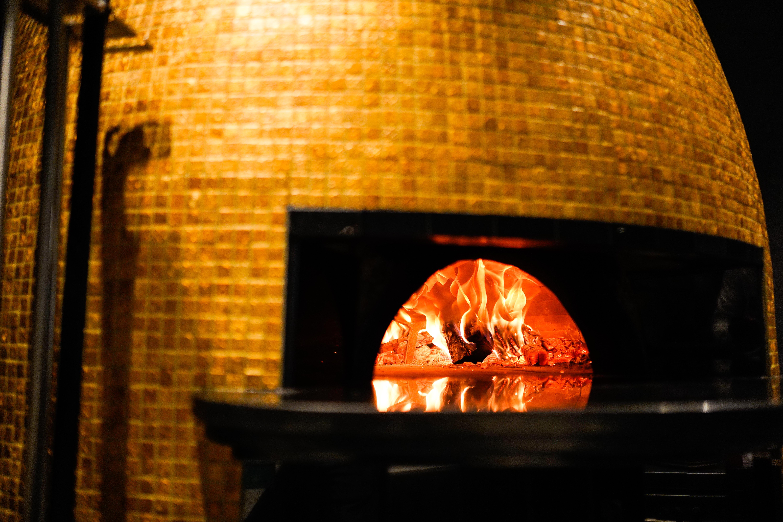 """U restoranu se posebno ističe krušna peć. Na dnu peći nalazi se kamen iz Napulja, Biscotto di Sorrento. Župić objašnjava da je posebno važan za proces pečenja pizze, jer se na njemu """"finije regulira temperatura pečenja""""."""