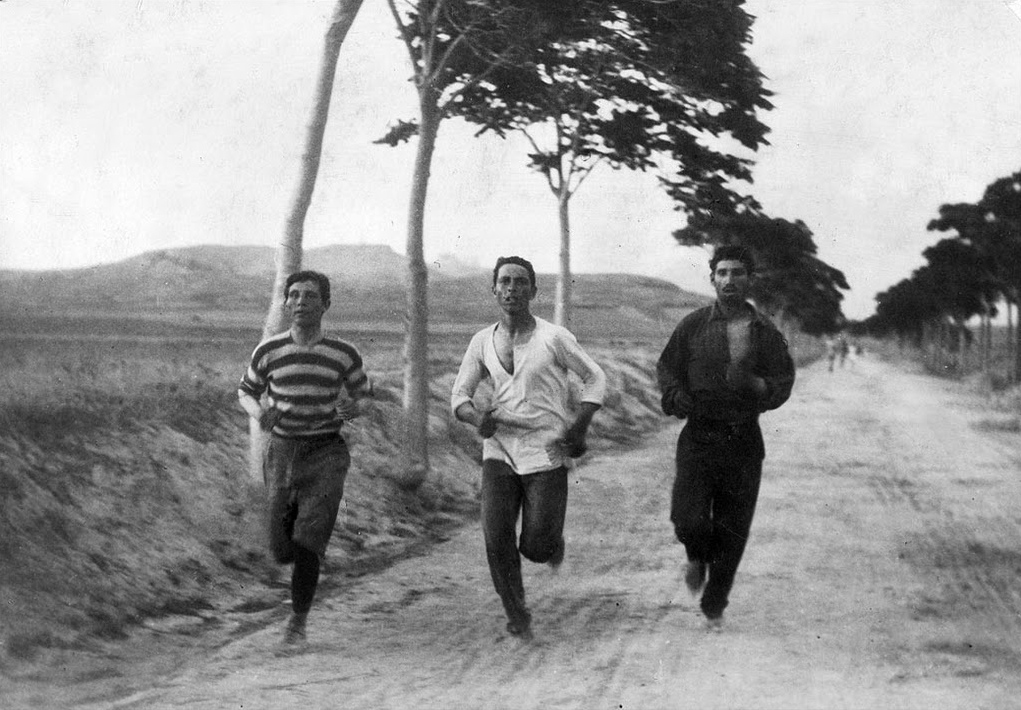 SVI ZNAMO DA JE 10.TRAVNJA ZNAČAJAN 5-maraton-three-athletes-in-training-for-the-marathon-race-of-the-1896-Athens-Olympic-Games-on-the-road-from-Marathon-Greece-Charilaos-Vasilakos-in-the-middle