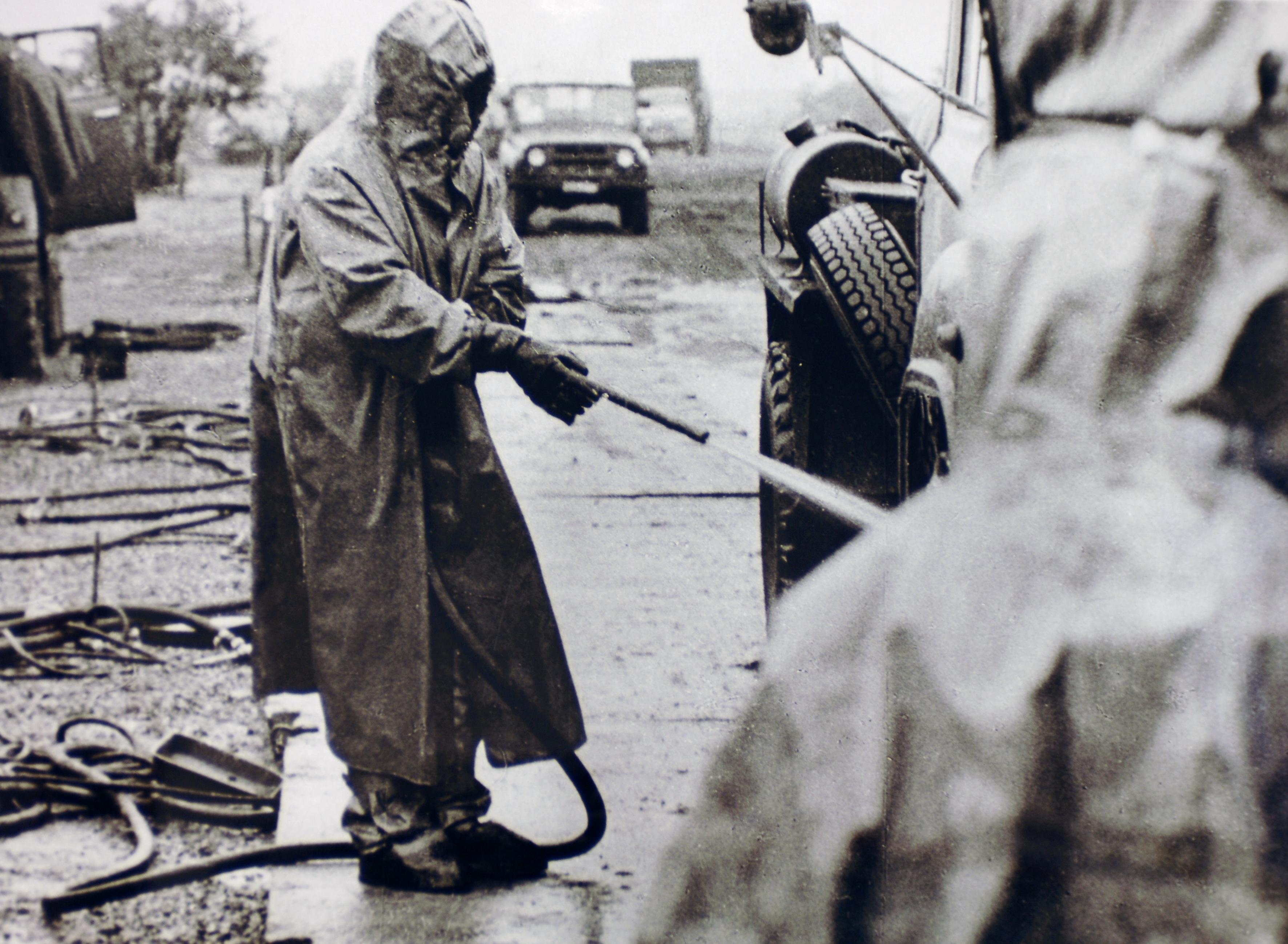 Radnik čisti vozila od kontaminiranog radioaktivnog materijala nakon što su napustila zonu oko Černobila.