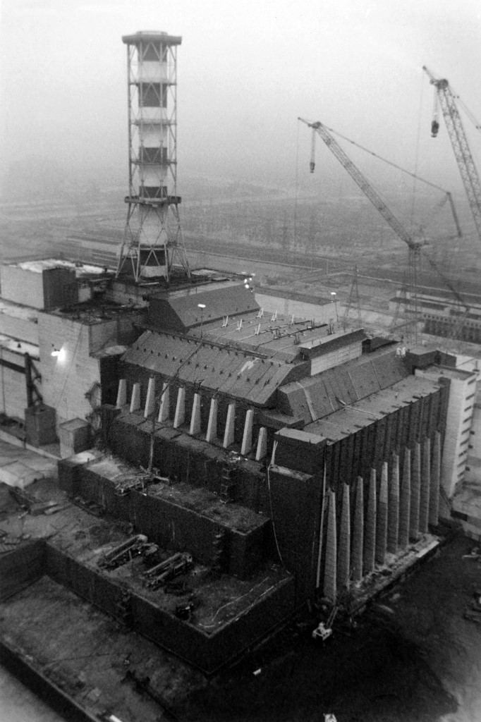 Radovi su se nastavili i narednih nekoliko godina. Ova fotografija je nastala 1996. godine kada je izgrađen prvi betonski sarkofag oko reaktora, kojem je zadaća suzbijanje daljnjeg radijacijskog zagađenja.