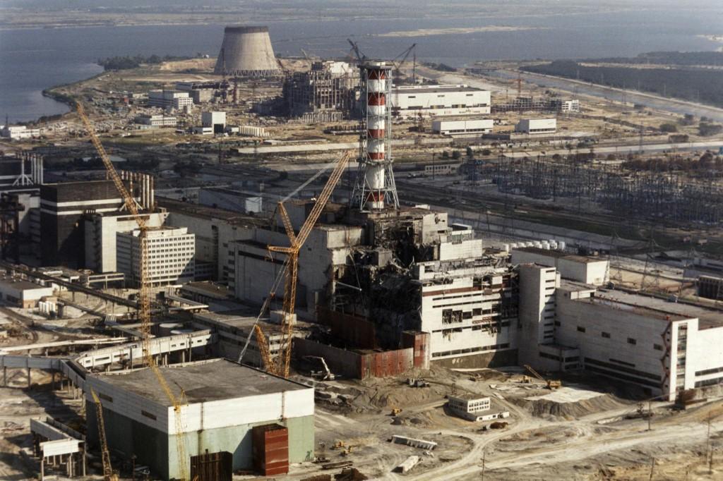 Početak radova na sanaciji i zatvaranju reaktora 4, kako bi se pokušalo suzbiti radijacijsko zagađenje. Fotografija je snimljena 1. listopada 1986. godine.
