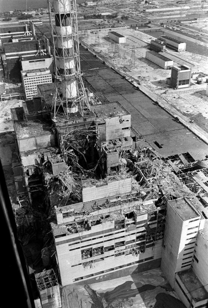 Fotografija iz helikoptera koja prikazuje blok nuklearne elektrane Černobil, nekoliko dana nakon katastrofe.