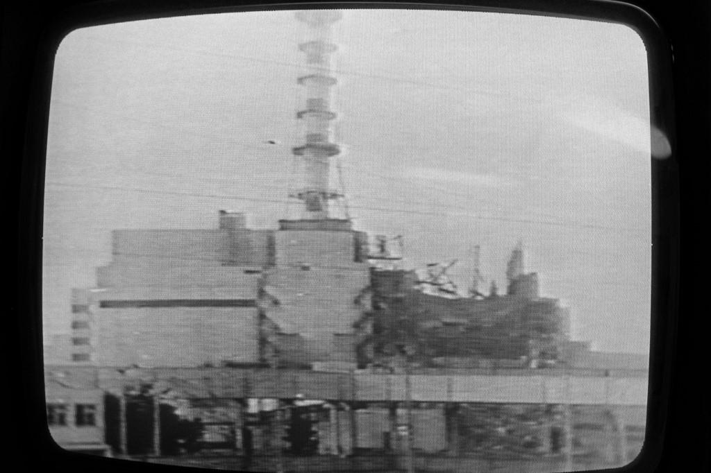 Fotografija černobilske elektrane koju je sovjetska televizija emitirala par dana nakon eksplozije. Tada su govorili da se može vidjeti poluotvorena zgrada, ali da nema nikakvih razaranja, gigantskih požara, niti tisuća žrtava.