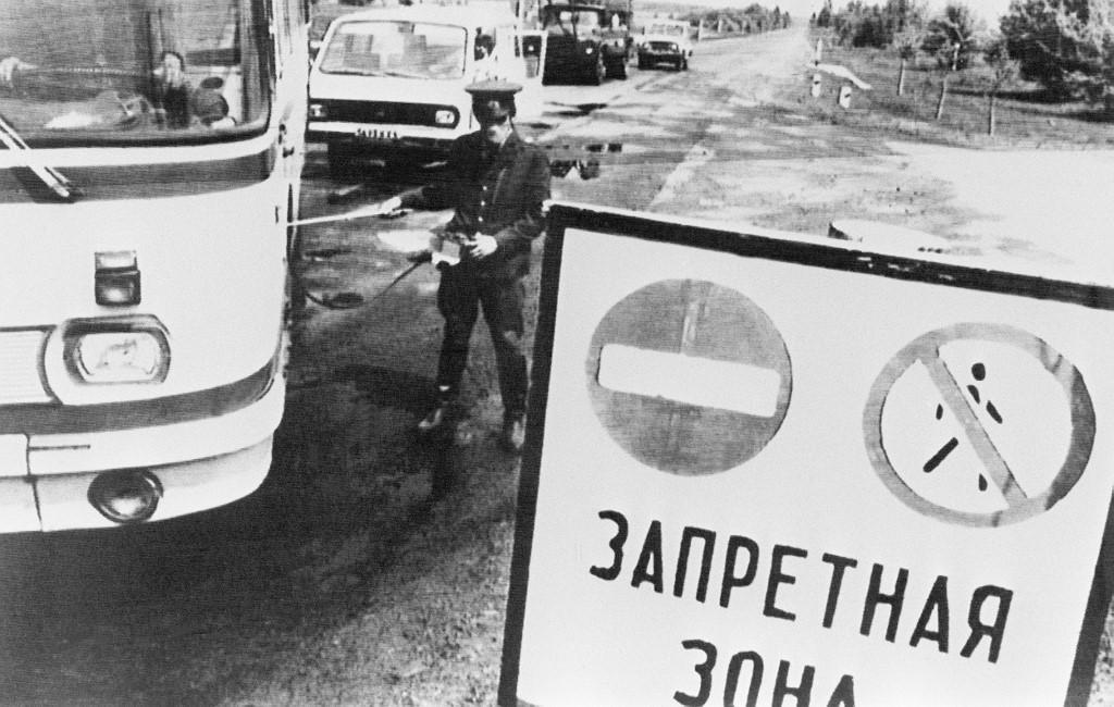 Policijski službenik na kontrolnoj točki provjerava razinu radioaktivnosti vozila koja napuštanju zonu u krugu od 30 kilometara oko nuklearne elektrane Černobil.