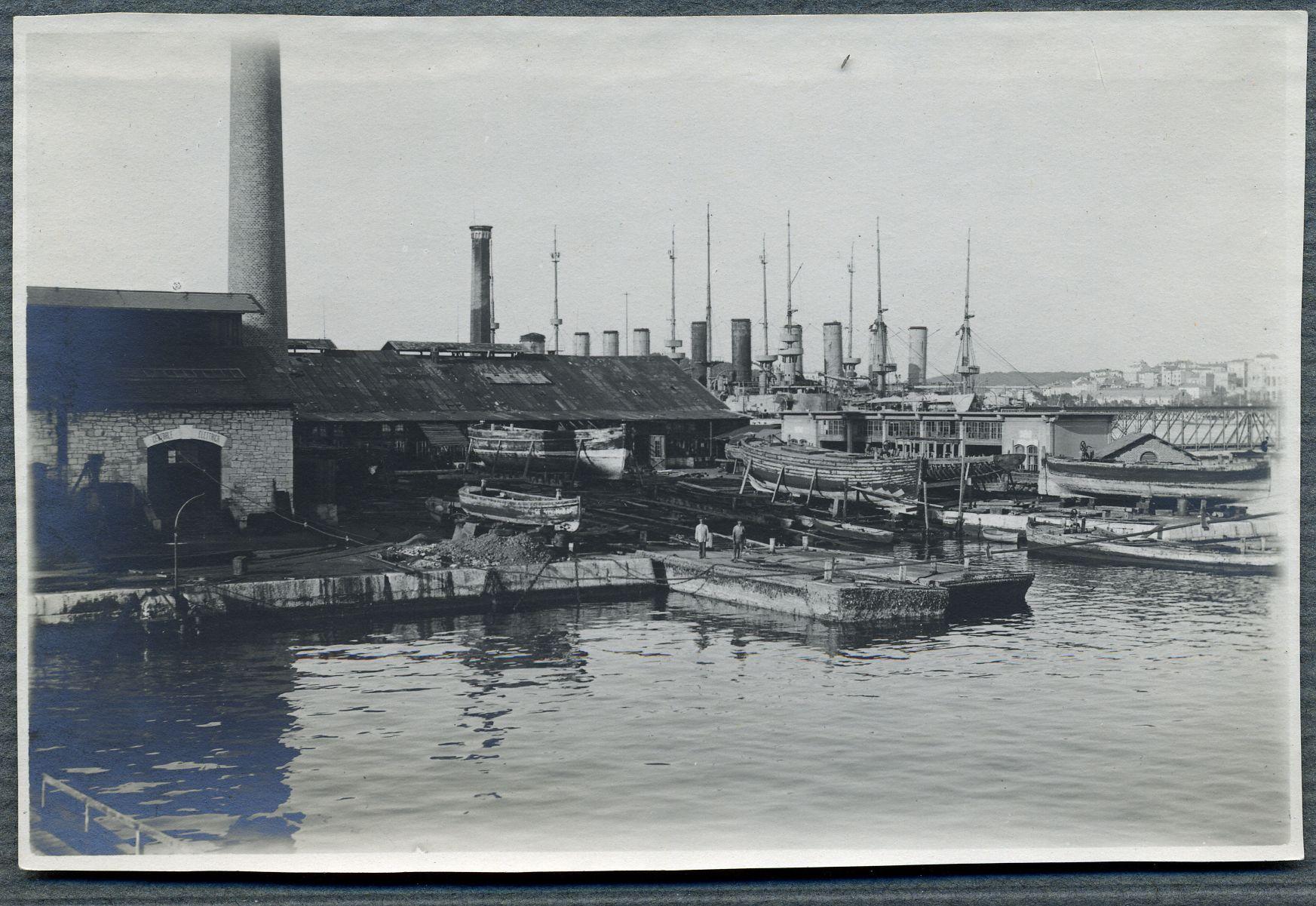 Za vrijeme talijanske vladavine koja je otpočela 1918. godine, Uljanik se bavio izgradnjom podmornica, ali i popravljanjem starih ratnih brodova. Fotografija prikazuje popravak čamaca na navozima, godina je 1920.
