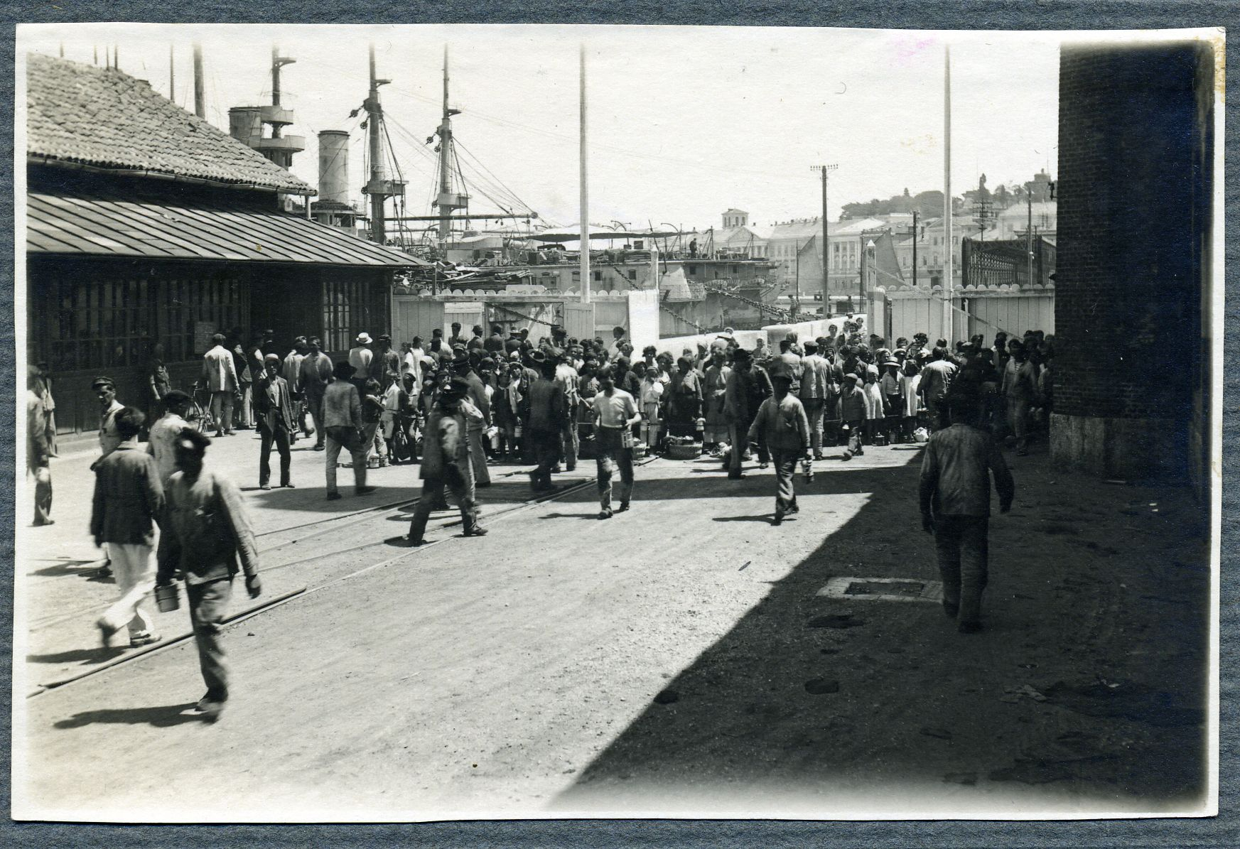 Dolazak radnika na posao u Uljanik, 1920. godina.